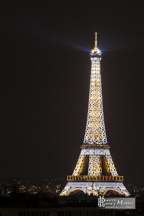 Tour Eiffel illuminée de ses flashs de nuit depuis les toits de Paris