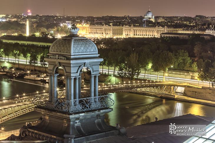 Tourelle sur le toit du Musée d'Orsay et place de la Concorde en HDR de nuit