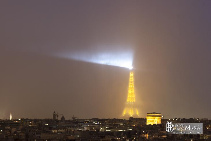 Tour Eiffel sous un déluge de pluie depuis les toits de Paris