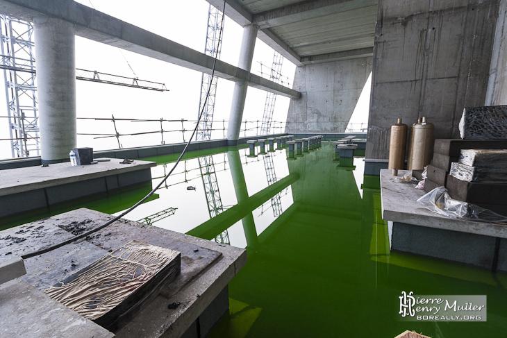 Test d'étanchéité des terrasses de la Tour T1 avec du liquide fluorescent