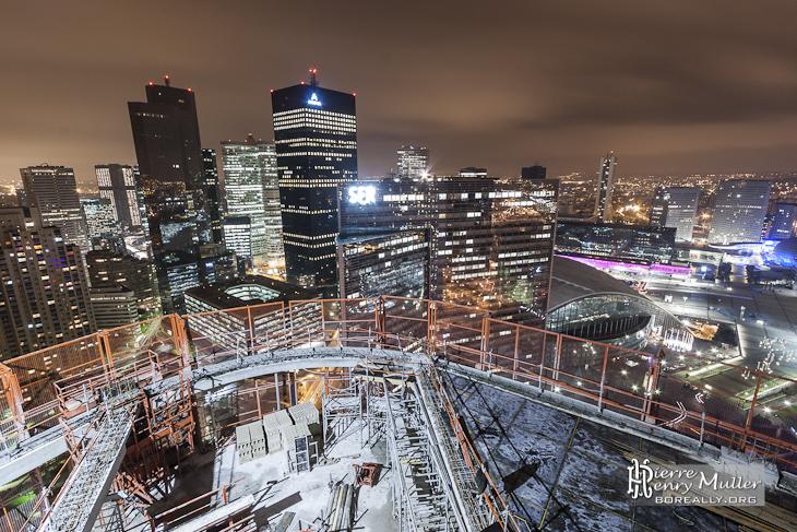 Tour T1 en cours de construction de nuit