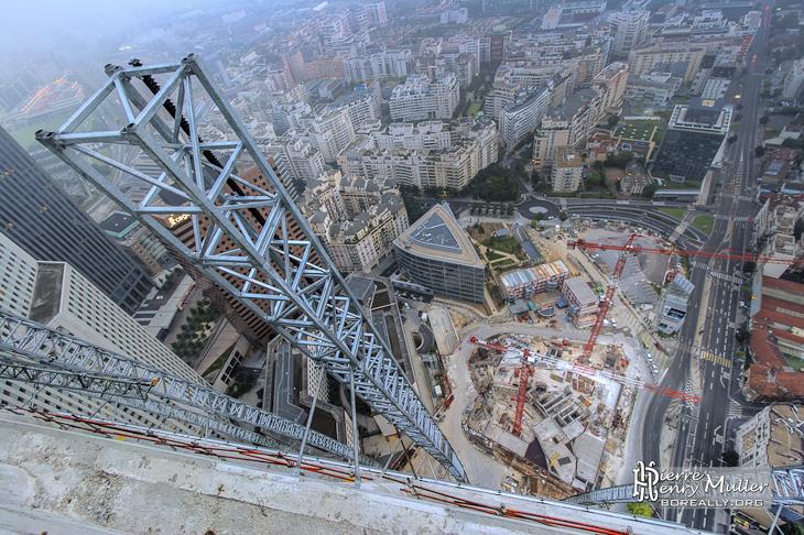 Vue plongeante sur la structure de la Tour T1 en construction