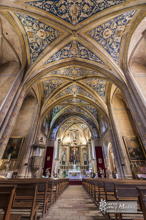 Intérieur de l'église Saint-Michel à Cordes sur Ciel en vue portrait en HDR