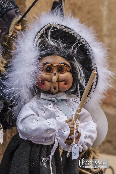 Marionnette de vieille dame avec un bâton chez un commerçant de Cordes sur Ciel