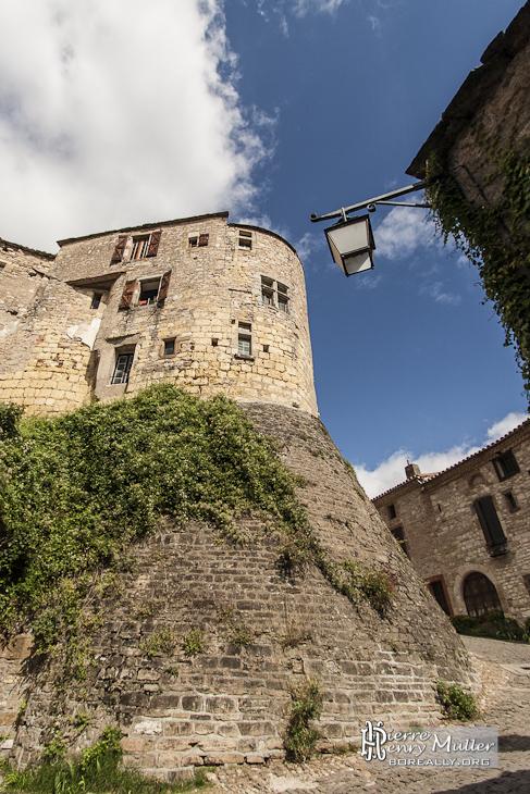 Ruelle à fort dénivelé dans la bastide médiévale de Cordes sur Ciel
