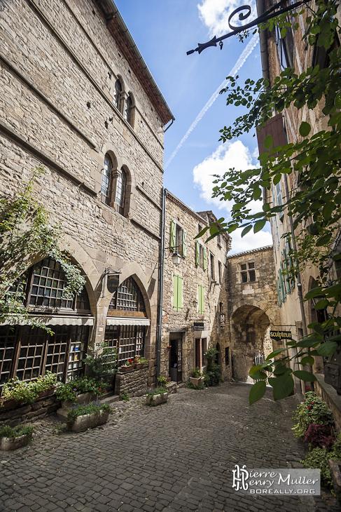 Ruelle et porte d'entrée de la cité médiévale de Cordes sur Ciel