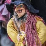 Sorcière marionnette dans une boutique de souvenirs