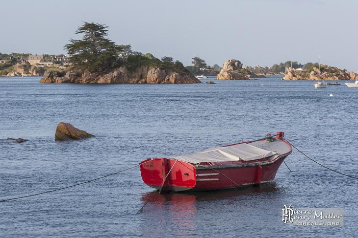 Barque rouge au mouillage à l'Ile de Bréhat