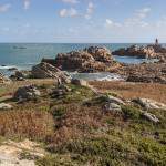 Côte du Nord de l'Ile de Bréhat et vue sur le phare du Paon