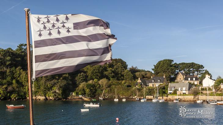 Le Gwenn ha Du, drapeau breton, battu par le vent sur l'Ile de Bréhat