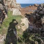 Ombre du photographe prenant la côte sauvage de l'Ile de Bréhat