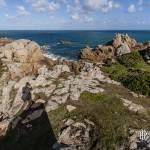 Paysage de la côte sauvage de l'Ile de Bréhat avec ombre du photographe