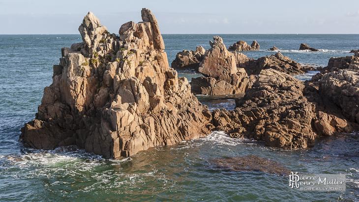 Pitons rocheux dans la mer à l'Ile de Bréhat