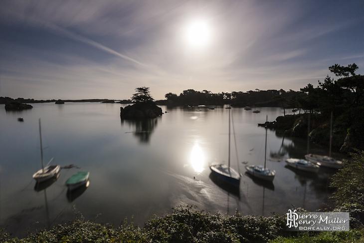 Pleine lune au dessus de la mer à l'Ile de Bréhat
