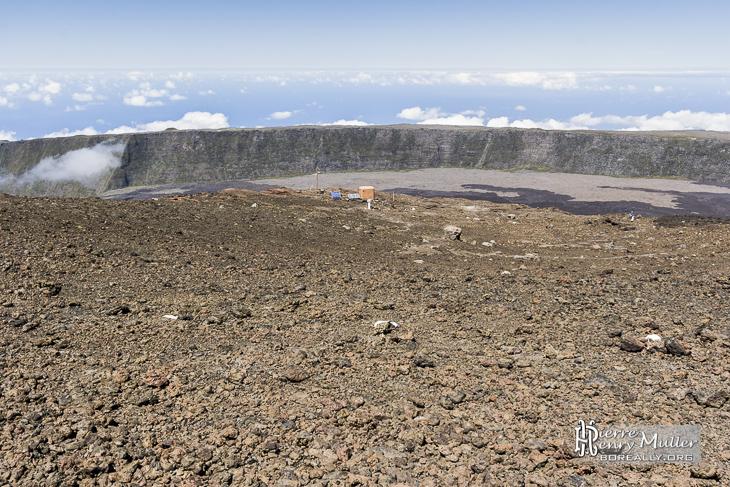 Base d'équipements sismologiques au sommet du Piton de la Fournaise