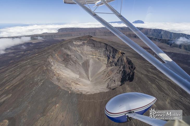 Le cratère du Dolomieu effondré fait 300 mètres de profondeur