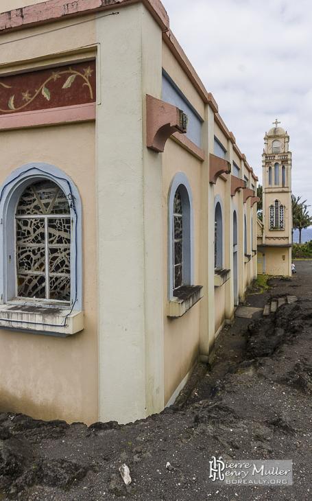 Eglise de Notre-Dame-des-Laves entourré de roche volcanique