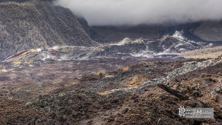 Fumerolles sur la coulée de lave d'avril 2007 à la Réunion