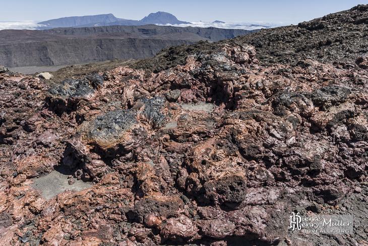 Lave visqueuse rougeâtre sur les pentes du Piton de la Fournaise