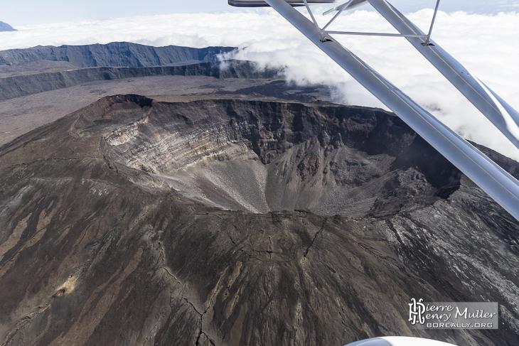 Piton de la Fournaise et cratère Dolomieu vue du ciel
