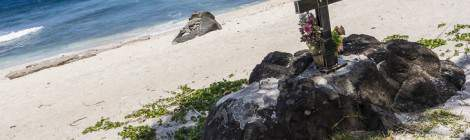 La plage de Grand Anse à la Réunion est une plage sans barrière de corail. De ce fait les courants assez violents et les attaques de requins sont assez fréquentes. Les proches improvisent des sépultures sur les rochers de la plages en mémoire de leurs nageurs et surfeurs disparus en mer....