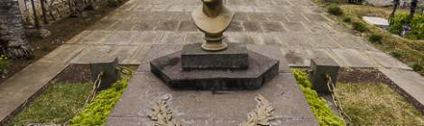 ...Leconte de Lisle est né sur l'île de la Réunion, a vécu en France et est décédé en Yvelines avant d'être inhumé sur son île natale....