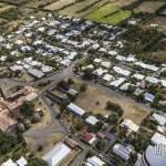 Usine de canne à sucre en friche au milieu d'un village de la Réunion