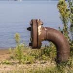 Canalisation et plateforme des installations pétrolières du lac de Biscarrosse