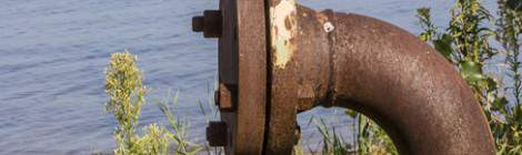 Canalisation fermée et sur le lac de Biscarrosse une plateforme pétrolière sur cette zone qui est la première réserve de brut en France.