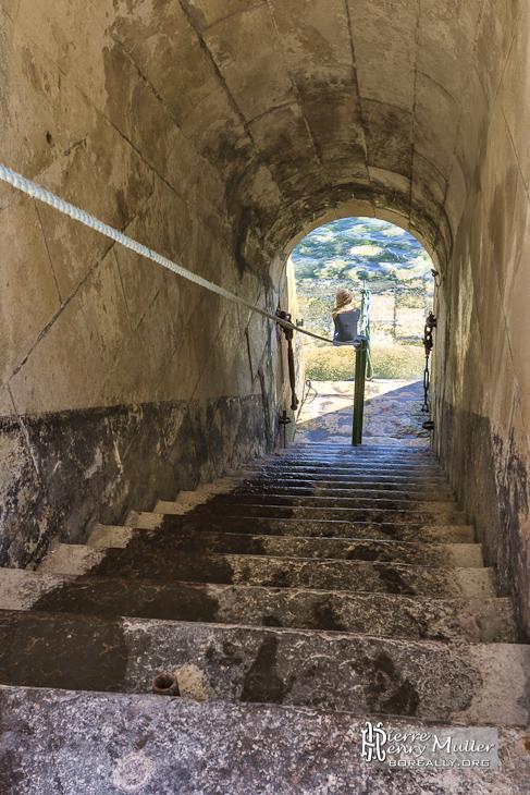 Escalier d'accès au Phare de Cordouan avec jeune fille en TTHDR
