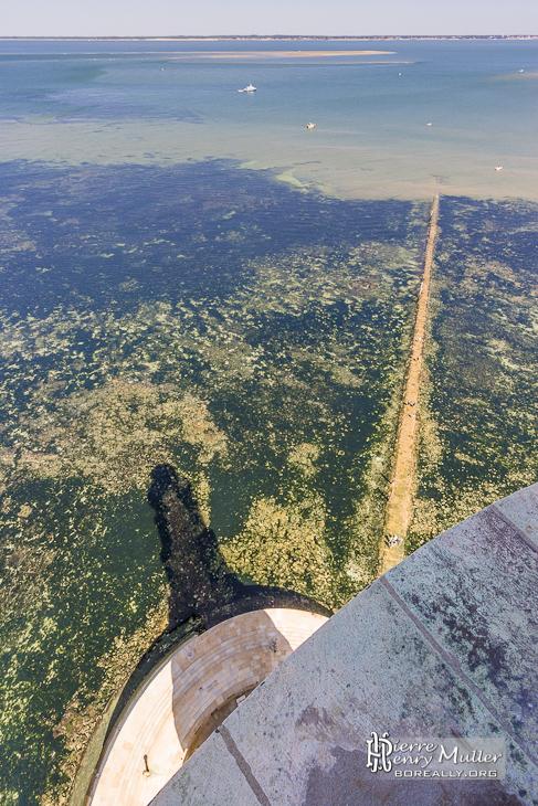 Vue du haut du phare de Cordouan avec son ombre et le chemin d'accès