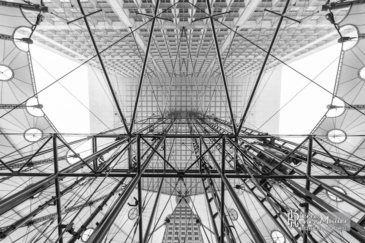 Vue symétrique des ascenseurs de la Grande Arche de la Défense